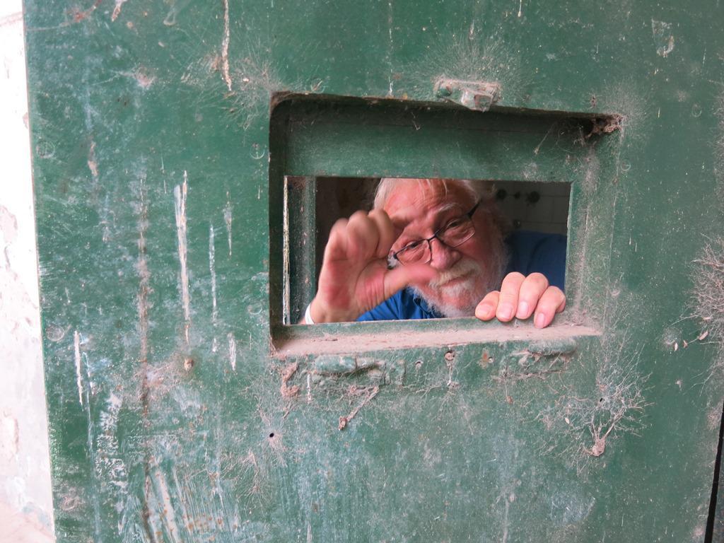 Victorio Paulon y otros siete ex presos visitaron Coronda el 28 de octubre del 2019 Hablando con las manos por una ventanita de una vieja celda como en los años de detencion