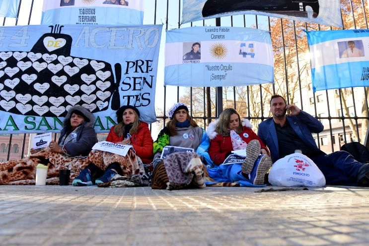 Familiares de los tripulantes del Ara San Juan se encadenaron