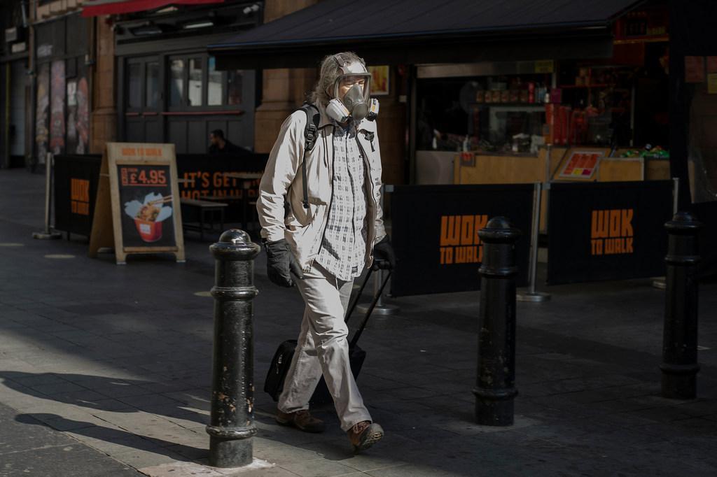Un hombre protegido contra el COVID en Londres Foto FMI_Jeff Moore