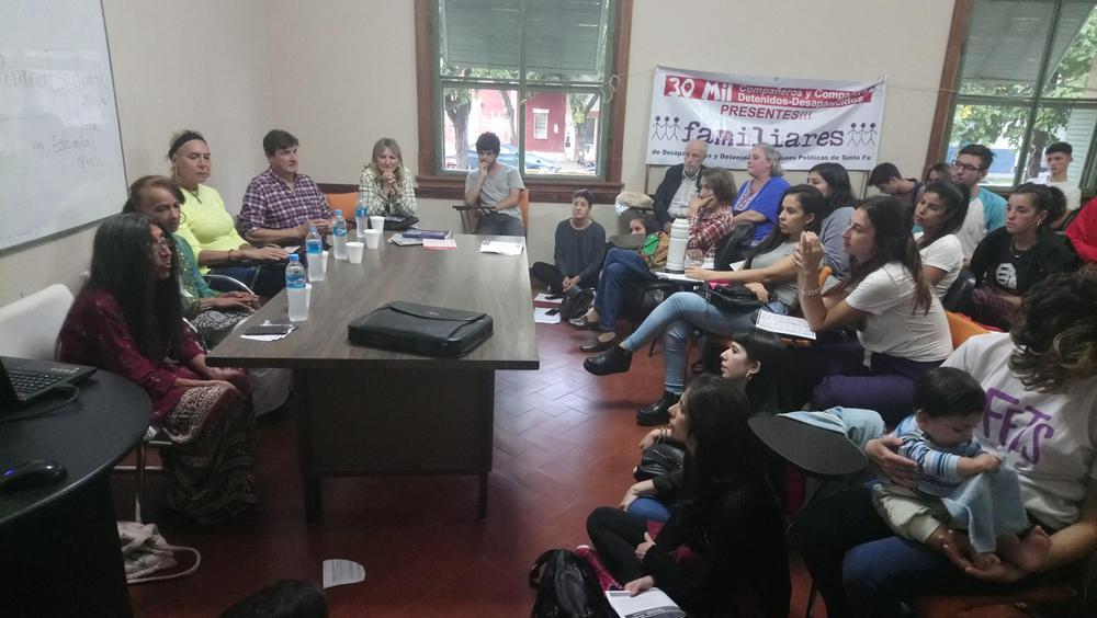 Fotografía: Marina Quinteros y otres dirigentes políticos en un panel sobre derechos humanos y diversidad en la Univesidad Nacional del Litoral.