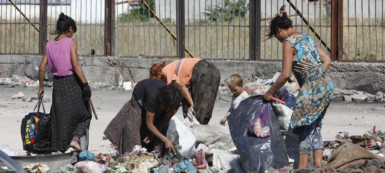Ninos y adultos gitanos trabajando en el vertedero del barrio Badezhda en Bulgaria Foto Popov_UNICEF