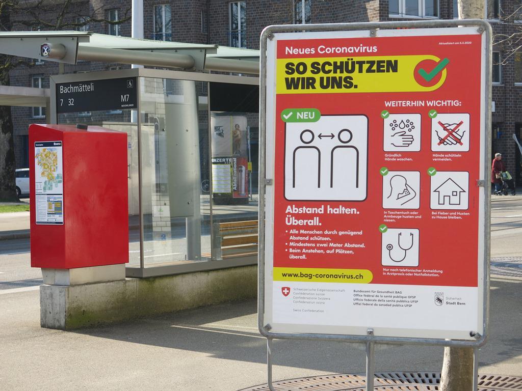 Afiches rojos de emergencia en Berna Suiza como sucedio en marzo de este año foto Sergio Ferrari